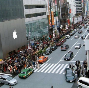 droves of people waiting to buy an iphone