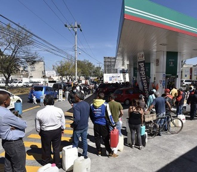 tolucos waiting in line for gas